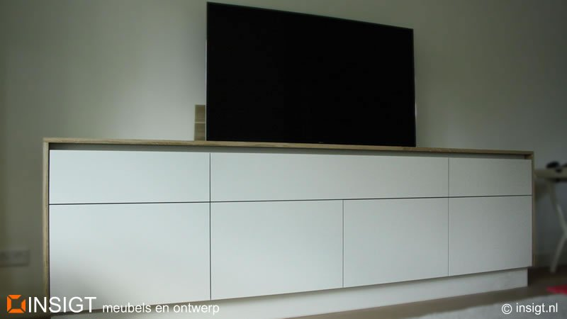 tv lift meubel met dek en wangen van massief eiken design